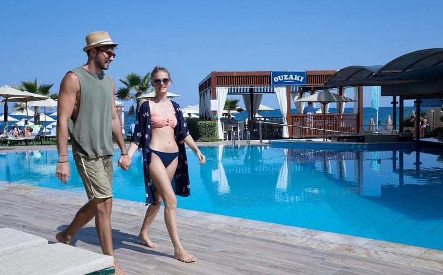 Couple marchant au bord de la piscine
