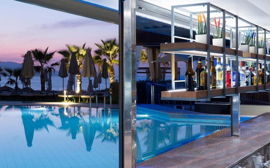 Bar de la piscine au coucher du soleil