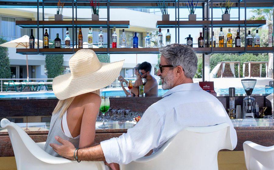 Couples de détente au bar de la piscine