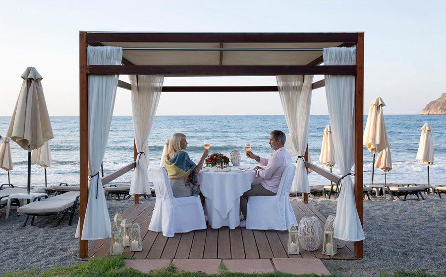 Couple ayant un repas à la plage