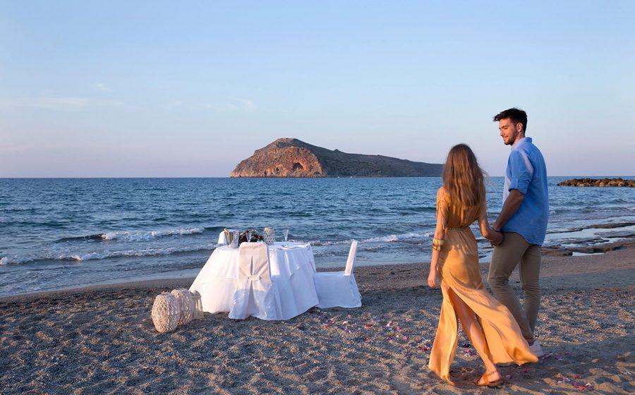 Couple marchant vers une table au bord de la mer
