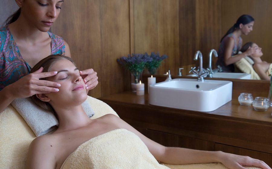 Massage au spa par un professionnel de la santé