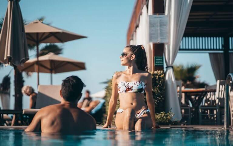 Couple dans la piscine