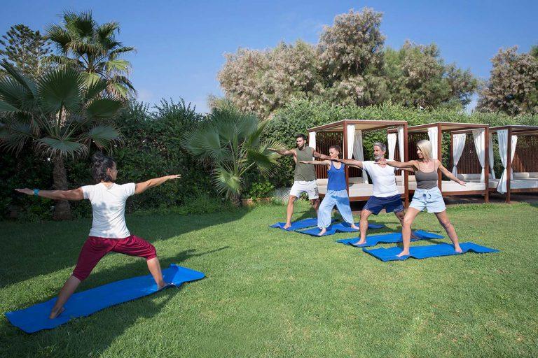 Deux couples prenant des cours de yoga de l